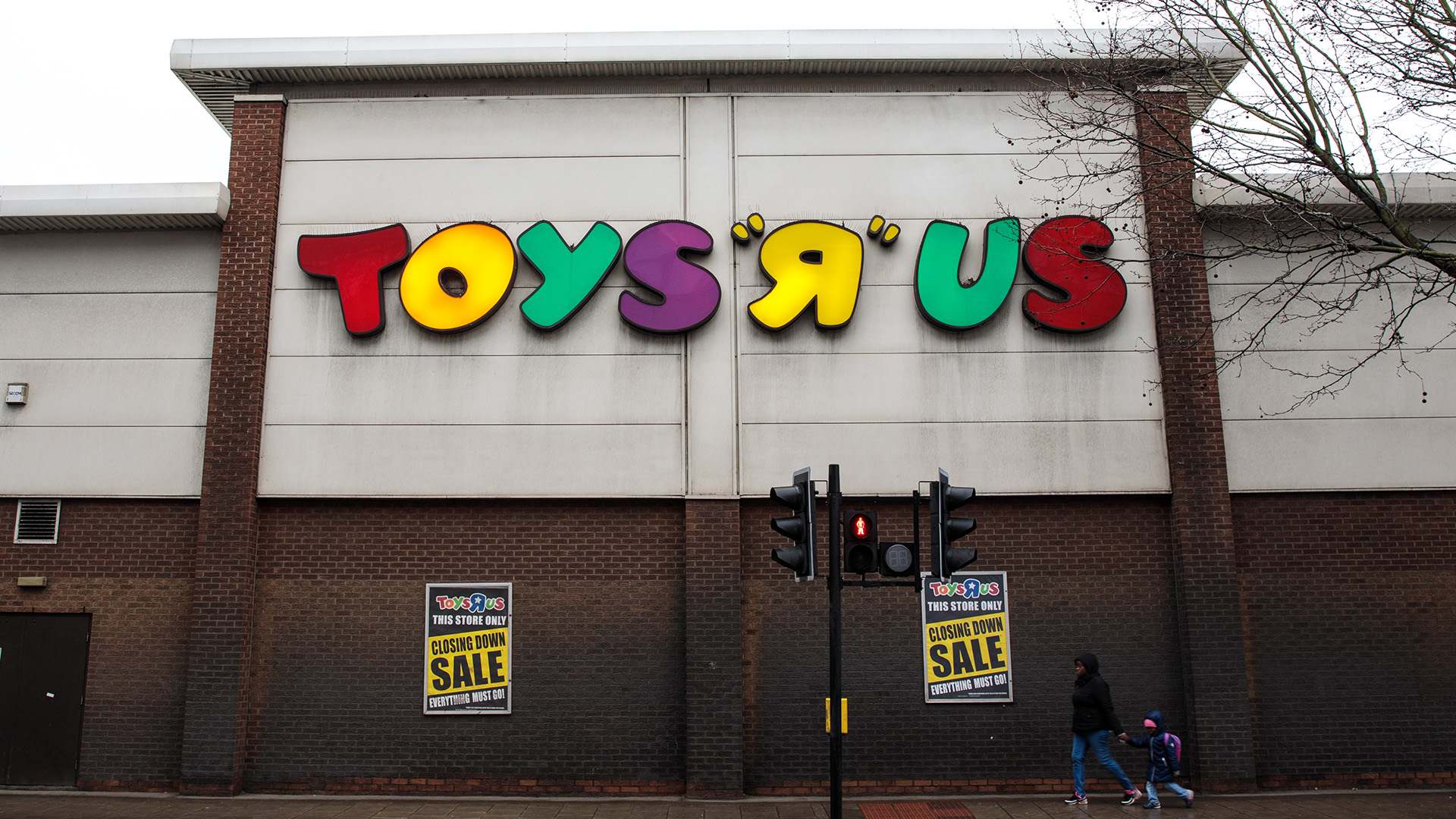 toys r us reportedly planning to close 200 more stores corporate layoffs. Black Bedroom Furniture Sets. Home Design Ideas